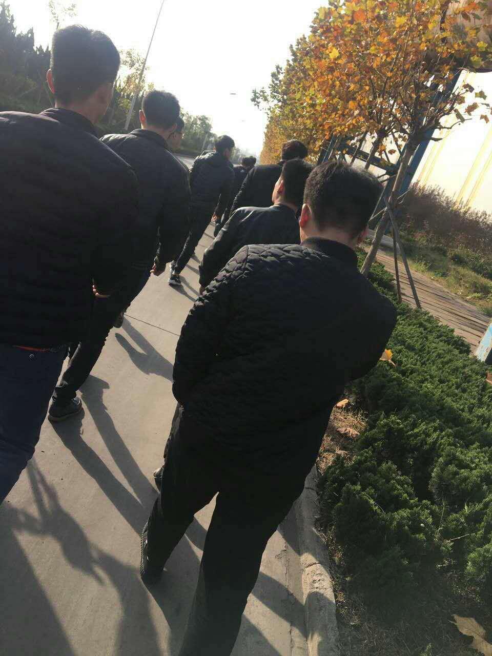 新报道的的学生正在参观日钢集团厂区