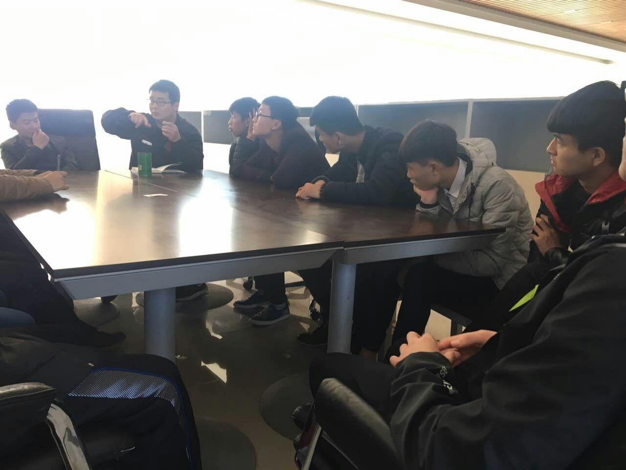 日钢电厂的培训老师正在给学生进行上岗前的培训