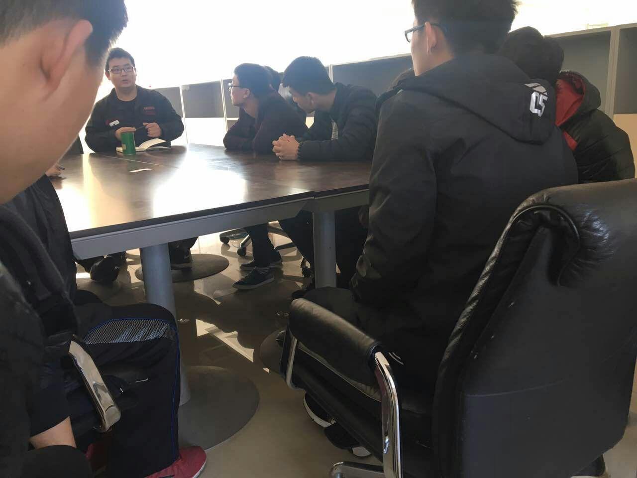 刚刚入职的学生认真听日钢电厂老师的培训课